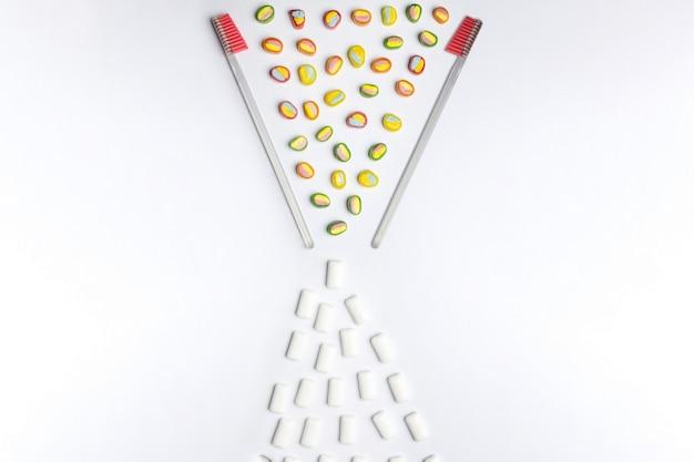 Limpieza dental o concepto de higiene bucal con copia espacio. conversión de caramelos dulces.