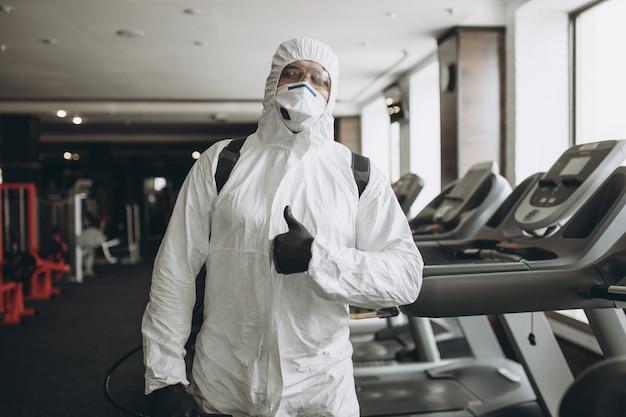 Limpieza y desinfección del gimnasio.