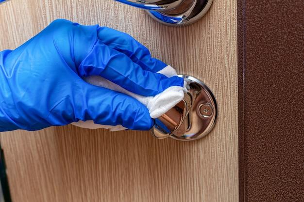 Limpieza, desinfección, limpieza de la manija de la puerta cromada