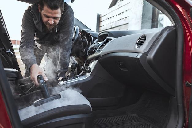 Limpieza y desinfección por vapor del interior del coche.