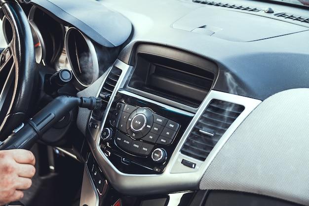 Limpieza y desinfección a vapor del interior del coche.