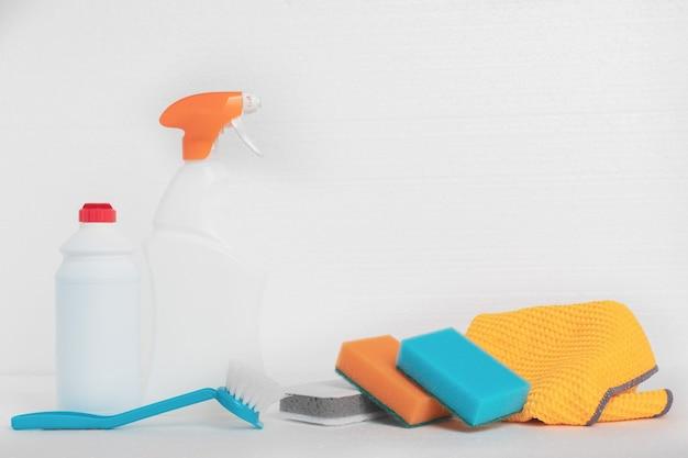 Limpieza después de la reparación limpieza de fachadas botellas de esponjas trapos cepillos y productos de limpieza