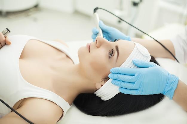 Limpieza facial ultrasónica, peeling, en un salón de belleza.