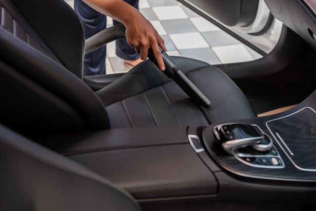 Limpieza del interior del coche con aspiradora.