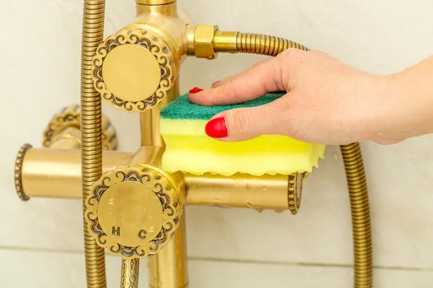 Limpieza de manos de mujer, grifo moderno