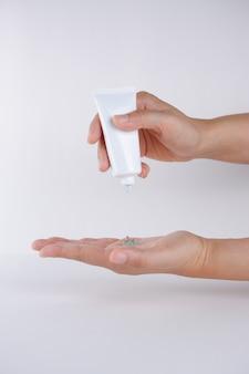 Limpieza de manos usando gel de manos con alcohol para antibacterias y protección contra la enfermedad del coronavirus (covid-19)