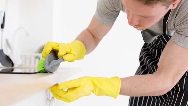 Limpieza masculina de primer plano