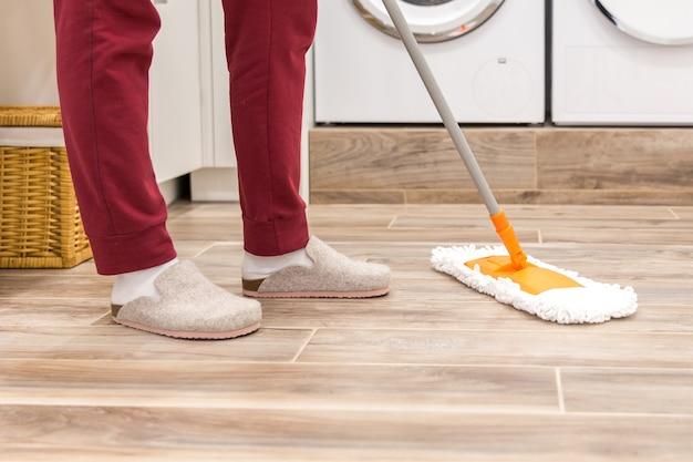 Limpieza de piso en lavadero en casa moderna