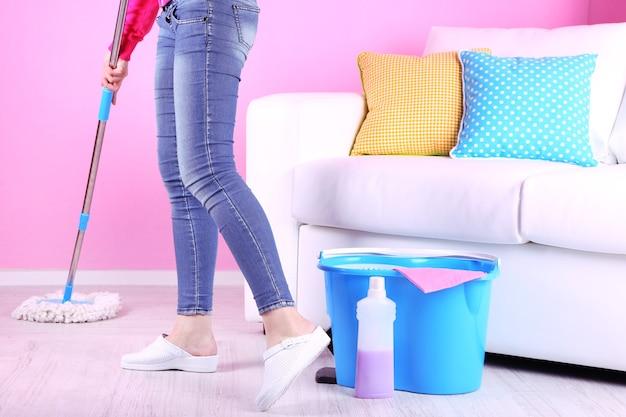 Limpieza de piso en primer plano de la habitación