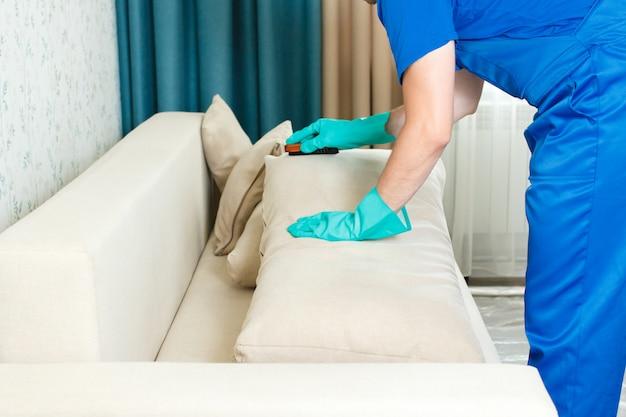 Limpieza preliminar de muebles antes de la limpieza en seco.