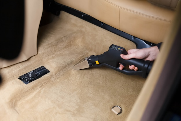 Limpieza profesional del piso de un auto