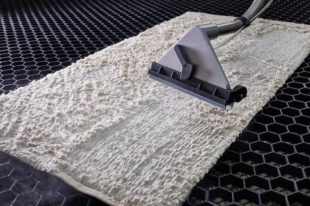 Limpieza química de alfombras con método de extracción profesional en servicio de lavandería.