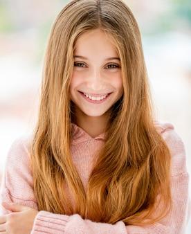 Linda adolescente sonriendo a la cámara