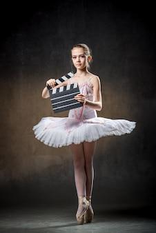 Linda bailarina bailando en studio