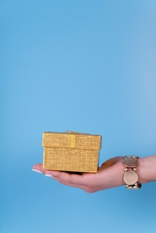 Linda caja de regalo en mano sobre fondo de espacio de copia