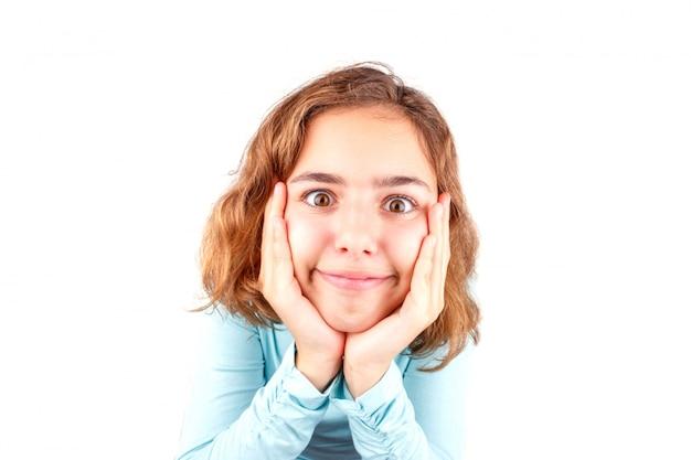 Linda chica adolescente con expresión de la cara divertida
