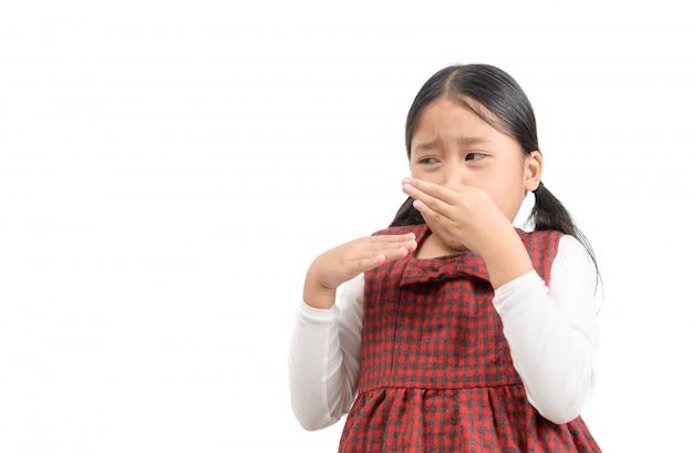 Linda chica asiática apretando la nariz con los dedos con expresión de disgusto