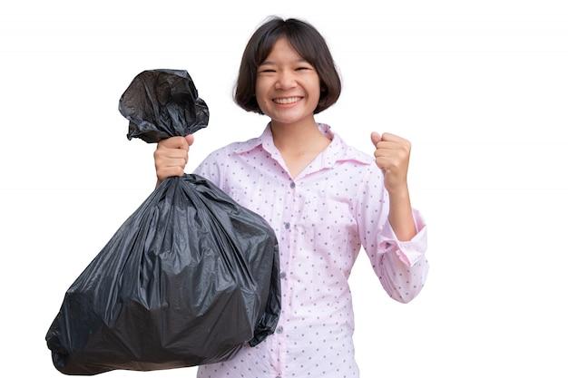 Linda chica asiática con bolsa de basura en blanco