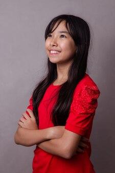 Linda chica asiática con los brazos cruzados