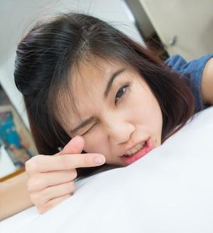 Linda chica asiática mostrando signo de corazón de amor en su mano.