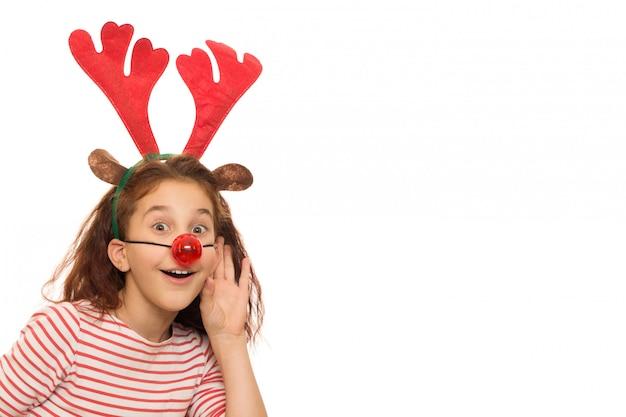 Linda chica con astas de navidad y nariz roja