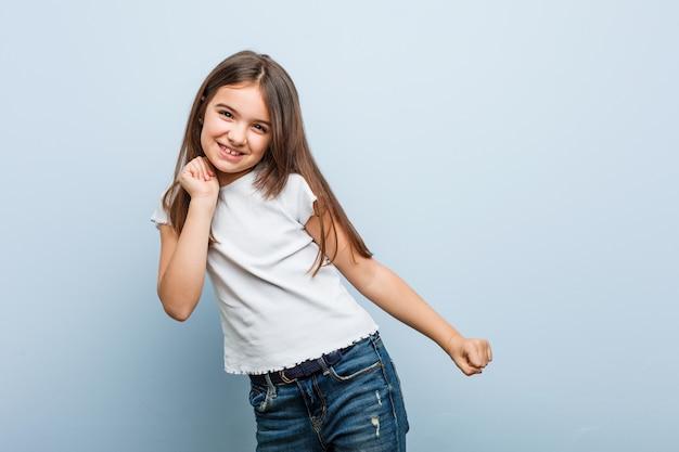 Linda chica bailando y divirtiéndose