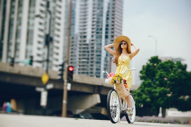Linda chica con bicicleta