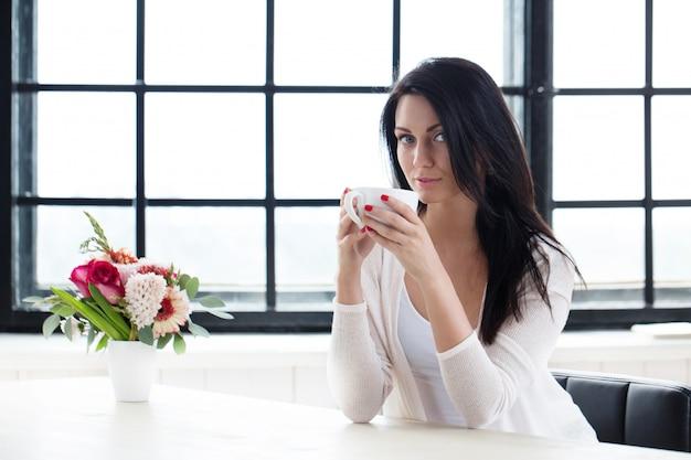 Linda chica con café