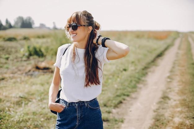 Linda chica caminando en un campo de verano