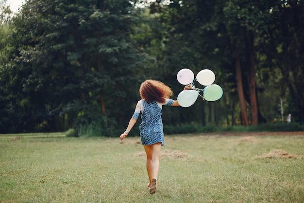 Linda chica caminando en un parque de verano