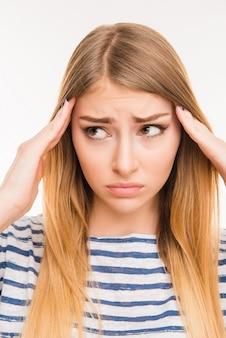 Linda chica cansada que sufre de dolor de cabeza