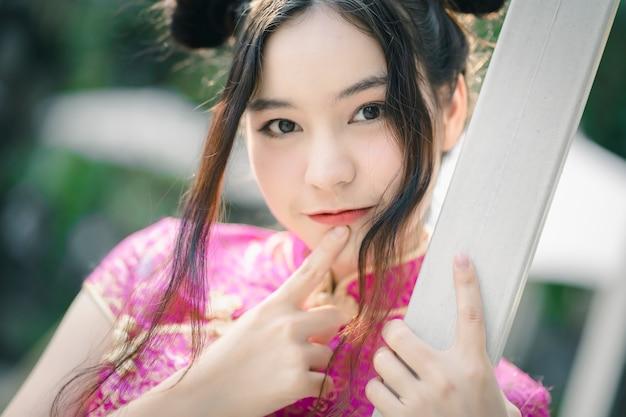 Linda chica con cheongsam vestido tradicional chino