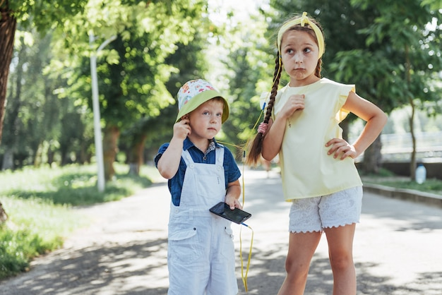 Linda chica y chico escuchando música