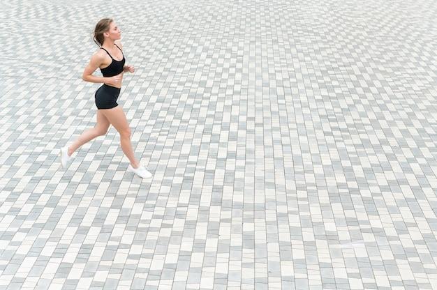 Linda chica corriendo en el suelo