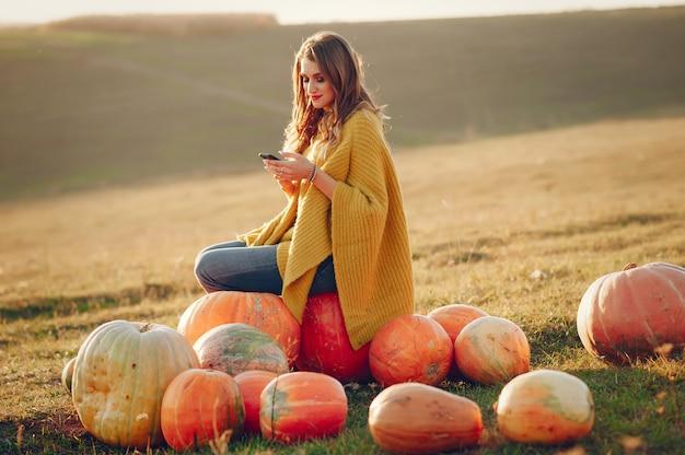 Linda chica descansa en un parque de otoño