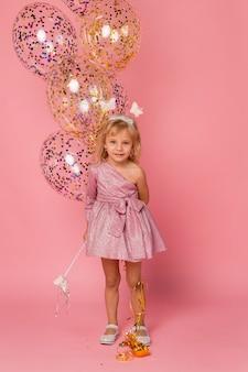Linda chica con disfraz de hada y globos
