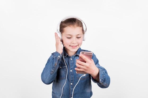 Linda chica escuchando música y usando teléfono inteligente