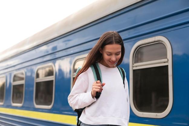 Linda chica en la estación de tren mirando hacia abajo