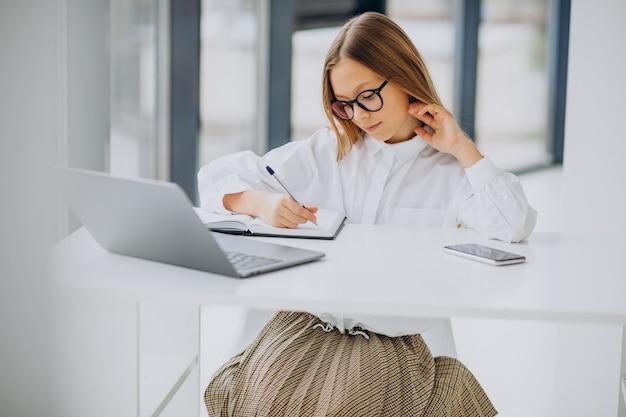 Linda chica estudiando en la computadora en casa