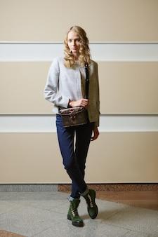 Linda chica estudiante en chaqueta