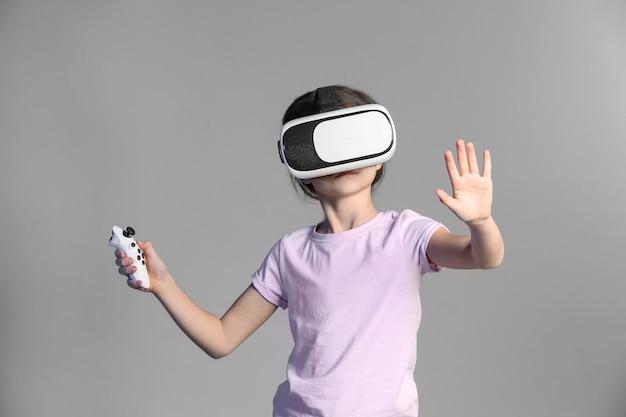 Linda chica con gafas de realidad virtual