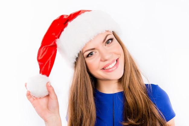 Linda chica guapa con sombrero rojo de santa con pompón
