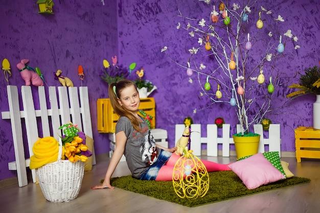 Linda chica en habitación decorada de pascua