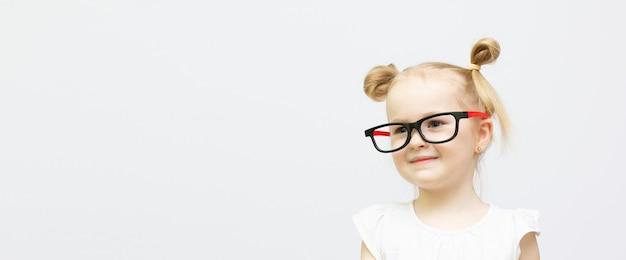 Linda chica inteligente divertida niño pensando y mirando con banner de espacio de copia
