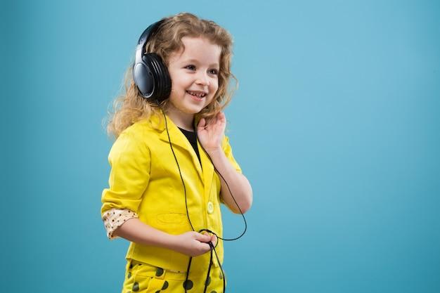 Linda chica joven en auriculares