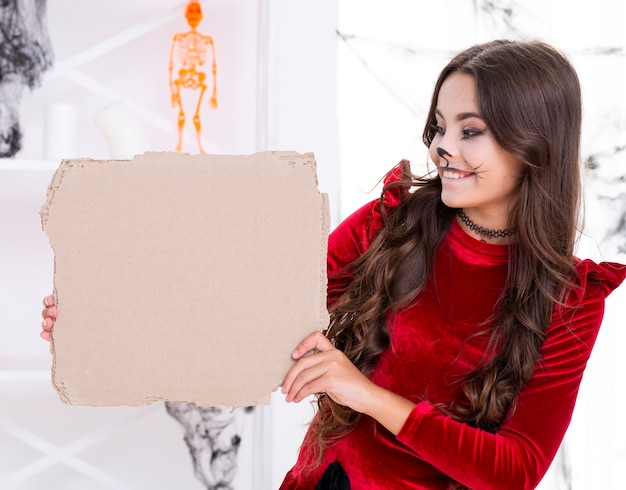 Linda chica joven con cartel de cartón