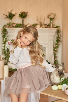 Linda chica jugando con conejo