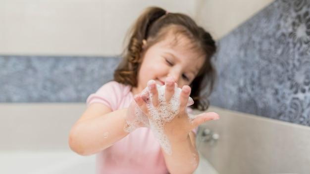 Linda chica lavándose las manos
