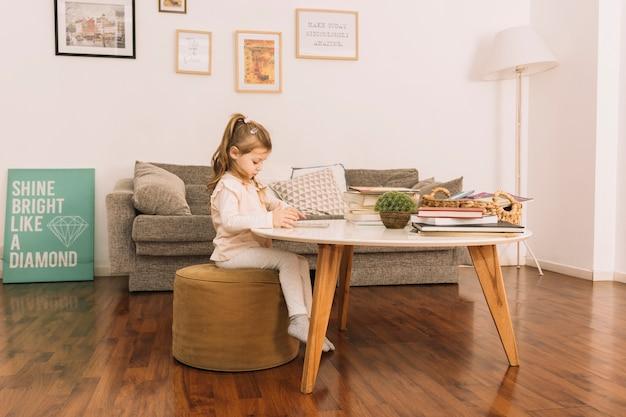 Linda chica leyendo en la mesa