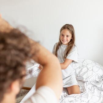 Linda chica lucha de almohadas